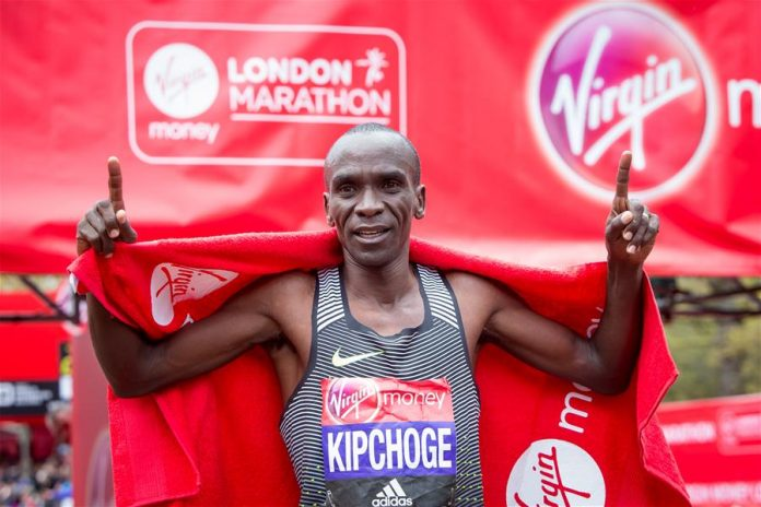 LONDON, April 24, 2016 (Xinhua) -- Men's Elite winner Eliud Kipchoge of Kenya celebrates after the London Marathon 2016 in London, Britain on April 24, 2016. (Xinhua/Richard Washbrooke)