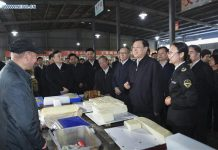Zhang Dejiang (2nd R, front), chairman of the Standing Committee of China's National People's Congress, talks to a vendor at Tanxihu market to learn about food safety inspection, detection and supervision in Xiangyang, central China's Hubei Province, April 17, 2016. Zhang had an inspection tour to check on the implementation of food safety law in Hubei from April 17 to April 20. [Photo/Xinhua]