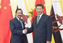 Chinese President Xi Jinping (R) meets with Sultan of Brunei Hassanal Bolkiah