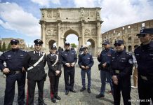 Chinese police Pang Bo (4th L), Shu Jian (1st L), Li Xiang (1st R) and Sa Yiming (2nd R), together with four Italian police, pose for a photo outside the Arch of Constantine in Rome, Italy, May 2, 2016. [Xinhua]