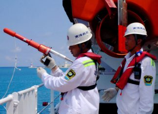 Crew members of the Nanhaijiu 118 conduct a rescue drill on May 11. [China Daily]
