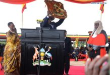 KAMPALA, May 13, 2016(Xinhua) -- Ugandan President Yoweri Museveni (C) holds the national emblem during the inauguration ceremony in Kampala, Uganda, May 12, 2016. Ugandan President Yoweri Museveni on Thursday was sworn in for another five year term of office. (Xinhua)