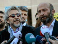 AFP/File / Ozan Kose Editor-in-chief of Turkish newspaper Cumhuriyet daily Can Dundar (L) and the newspaper bureau chief in Ankara Erdem Gul (R) arriving at the Istanbul courthouse for their trial on April 22, 2016