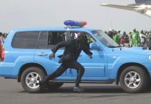 A bodyguard runs to take position at the international airport in Banjul, capital of Gambia, June 30, 2006. The 7th African Union (AU) summit opened here on Saturday with bodyguards busy serving as the protection for VIPs. (Xinhua Photo/Wang Hongda) (zx/dj)