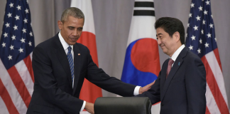 U.S. President Barack Obama (L) shakes hands with Japanese Prime Minister Shinzo Abe following a trilateral meeting with South Korean President Park Geun-hye on the sidelines of the Nuclear Security Summit at the Walter E. Washington Convention Center in Washington D.C., the United States, March 31, 2016. (AFP Photo)