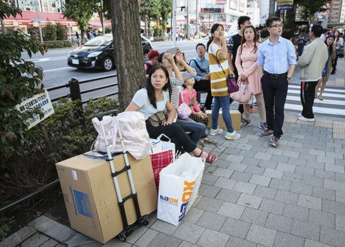 Chinese shoppers in the Akihabara electronics shopping district in Tokyo. (Source: China Daily)