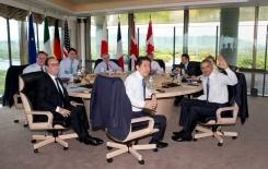 POOL/AFP / Carolyn Kaster (From L) David Cameron, Francois Hollande, Justin Trudeau, Jean-Claude Juncker, Shinzo Abe, Donald Tusk, Matteo Renzi, Barack Obama and Angela Merkel participate in a G7 working session in Shima