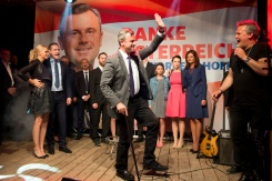 AFP / Joe Klamar Austrian Freedom Party presidential candidate Norbert Hofer (R) joins supporters at an event during the election at the Prater Alm Bar, in Vienna, Austria, on May 22, 2016