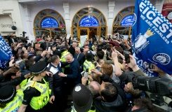 AFP / Justin Tallis Leicester City's football manager Claudio Ranieri (C) is mobbed by fans as he leaves an Italian restaurant after having lunch with teammates in Leicester on May 3, 2016, the day after winning the English Premier League title