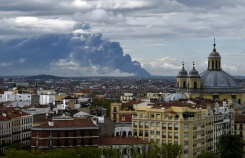 AFP / Gerard Julien A huge smoke column caused by a fire at a tyre dump near the town of Sesena pictured from the Almudena cathedral in Madrid on May 13, 2016