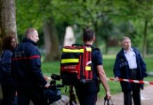 AFP / Matthieu Alexandre Firefigthers walk at the entrance of the Parc Monceau on May 28, 2016 in Paris, after eleven people including 10 children were struck by lightning in the parc