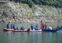 Rescuers search for missing people in Bailong Lake of Guangyuan, southwest China's Sichuan Province, June 5, 2016. A leisure boat carrying 18 people capsized on the Lake due to strong gales Saturday afternoon. One child died and 14 people remain missing. [Photo/Xinhua]