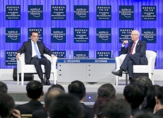 Premier Li Keqiang talks with Klaus Schwab, founder and executive chairman of the World Economic Forum, at the opening plenary of the Annual Meeting of the New Champions in the northern port city of Tianjin on June 27. [Photo provided to China.org.cn]