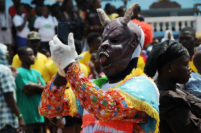 An artist in costume takes pictures during the opening parade of the three-day Ghana Carnival 2016 in Accra, Ghana, on July 1, 2016.  Ghana Carnival 2016 started on Friday with colorful events including beach party, poetry recitals, live paintings and band display while countries like Seychelles, Togo, Trinidad and Tobago and Nigeria will participate. (Xinhua/Lin Xiaowei)