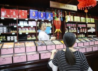 A citizen is seen at a Chinese medicine store in Hangzhou, capital of east China's Zhejiang Province, Aug. 31, 2016. The 11th G20 summit will be held in Hangzhou from Sept. 4 to 5. (Xinhua)