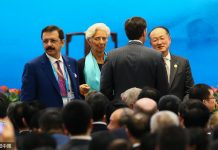 Christine Lagarde, managing director of the International Monetary Fund, appeared at the Business 20 (B20) summit opening ceremony in Hangzhou wearing a Hangzhou-crafted blue-green silk scarf. (CFP)
