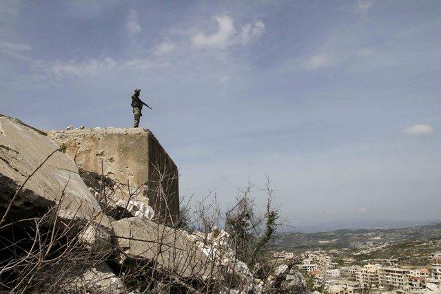 A Syrian soldier guards a highland at Salma Town in Lattakia, Syria, March 19, 2016. (Xinhua/Yang Zhen) (zw)