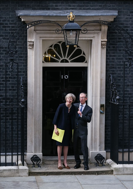Britain's new Prime Minister Theresa May(L) and her husband pose for photos in front of 10 Downing Street in London, Britain on July 13, 2016. (Xinhua/Han Yan) (zw) Britain's new Prime Minister Theresa May(L) and her husband pose for photos in front of 10 Downing Street in London, Britain on July 13, 2016. (Xinhua/Han Yan) (zw)