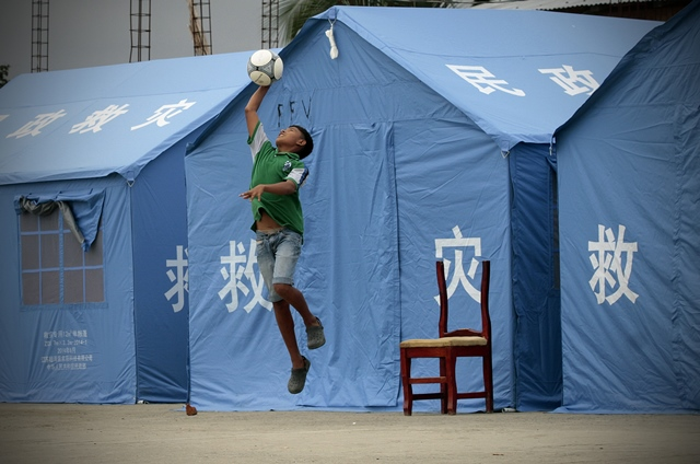 A child plays in front of tents donated by China after the 7.8-magnitude earthquake in Pedernales, Manabi province, Ecuador, on May 16, 2016.  (Xinhua/Str) (zw)
