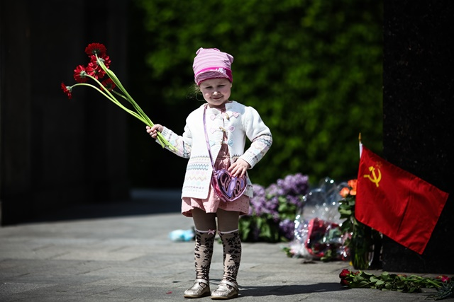 A girl holds flowers at the Soviet War Memorial in the Tiergarten district of Berlin, Germany, on May 8, 2016. (Xinhua/Zhang Fan) (zw)