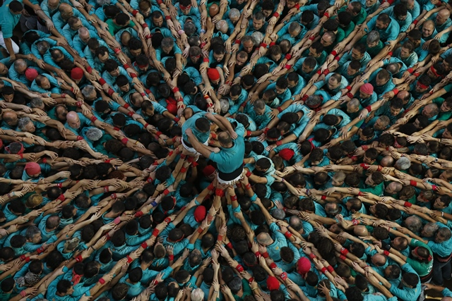 Members of a human tower group perform during the 26th Human Towers Competition in the old bullring of Tarragona, Spain, Oct. 2, 2016. (Xinhua/Pau Barrena) (zw)