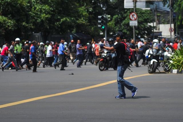 Photo taken on Jan. 14, 2016 shows a suspect terrorist with a gun at Thamrin street in Jakarta, Indonesia. (Xinhua/Veri Sanovri) (zw)