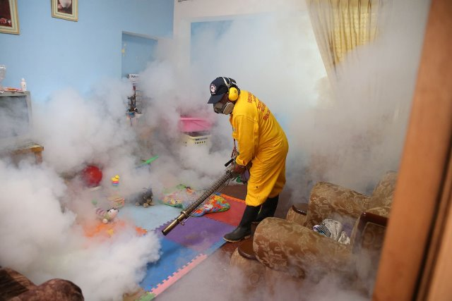 An employee conducts fumigation to prevent the Zika virus, in the Carabayllo District, in the Lima Province, Peru, on Jan. 29, 2016. (Xinhua/Vidal Tarqui/ANDINA) (zw)