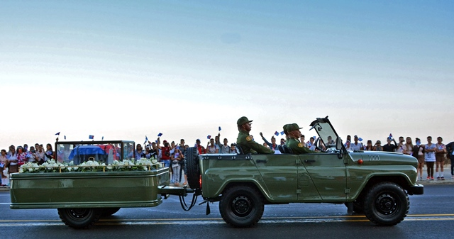 The caravan carrying the urn that holds the ashes of Cuban revolutionary leader Fidel Castro is greeted by people at Malecon Habanero Avenue in Havana, capital of Cuba, on Nov. 30, 2016. (Xinhua/Joaquin Hernandez) (zw)