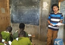 Liu Yimenghan, a 19-year-old Chinese volunteer teacher in Mathare's Chang Rong Light Centre, Nairobi, capital of Kanya, is seen at a teaching session with his students. (Xinhua/Ding Xiaoxi)