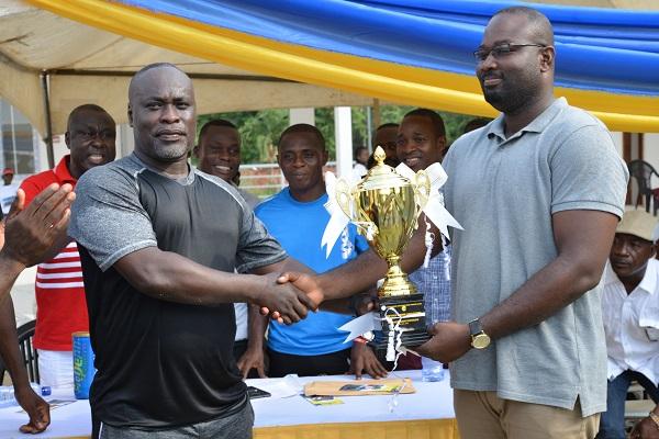 Mr. Kwaku Appiah Kubi of Donyma presenting the men's champion trophy to Maxwell Owusu, Managing Director of Masipraist Ventures.