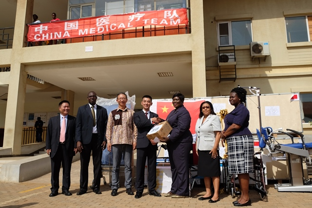 Anastasia Yirenkyi (3rd R), director for alternative and traditional medicine at the Ministry of Health, and Dong Jingqing (4th L), captain of the 6th cohort of the Chinese medical outreach team in Ghana, attend the ceremony in Accra, Ghana, March 13, 2017. The Chinese government on Monday donated medical equipment worth over 150,000 U.S. dollars to Ghana's Ledzokuku-Krowor Municipal (LEKMA) Hospital. (Xinhua/Shi Song)(gj)
