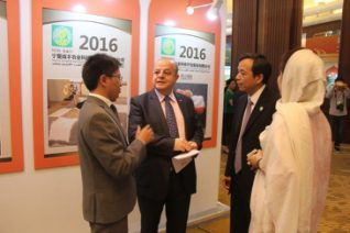Business men from China and Arab countries communicate with each other at the 2016 China-Arab States Expo held in Egypt. (Photo by Wang Yunsong from People's Daily)