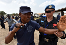 Members of the fourth Chinese peacekeeping force deployed to Liberia offer a skill training to Liberia National Police Training Academy to improve the students' law enforcement capacity. (Photo by People's Daily Online)