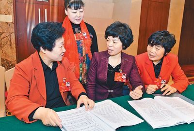 Deputies from east China Shandong province study the 2017 government work report. (Photo by People's Daily Online)