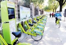 To encourage low-carbon travelling, Huainan, Anhui province has built a public bicycle rental service system covering 300 sites, 10,000 bicycles and 12,000 lockers in the main sections of the urban area. Local residents can enjoy a one-hour free ride. (Photo by People's Daily)