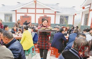 Villagers from Guang'an, Sichuan province hold a housewarming banquet after they were relocated to new houses before the Spring Festival this year. (Photo by People's Daily)