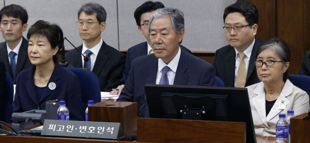 Park Geun-hye (left) and Choi Soon-sil (right) in court in Seoul (23 May 2017)