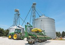 The picture shows the barns and modern machines of the Kimberly farm. (Photo by Gao Shi from People's Daily)