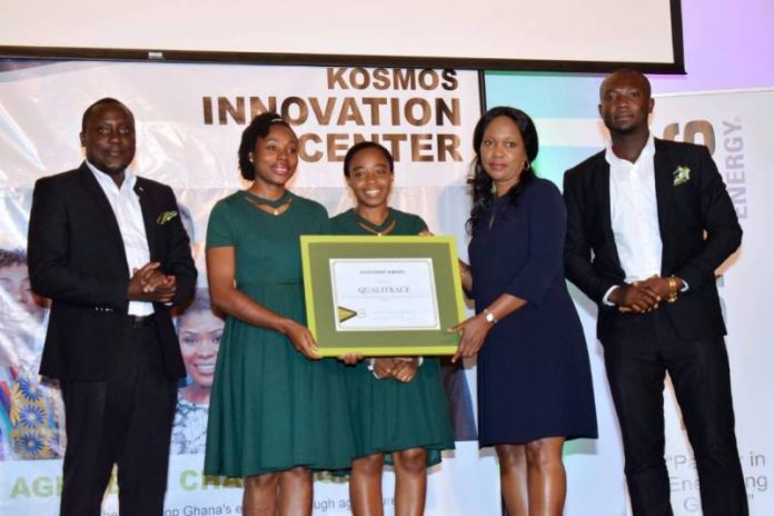 Ms Mansa Awuah Amoah, Member of the Council of KOSMOS Energy presenting the award to the QualiTrace team CA/PDC