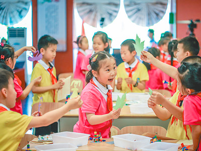 Students of a rural school in east China's Zhejiang Province have their art and craft class. (Photo from the People's Daily)