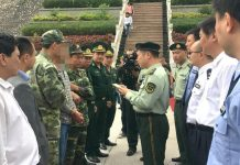 Vietnamese police hand over an economic suspect to their Chinese counterparts, October 20, 2017. Photo: People's Daily