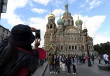 Chinese tourists take photo in St. Petersburg, Russia. (Photo from CFP)