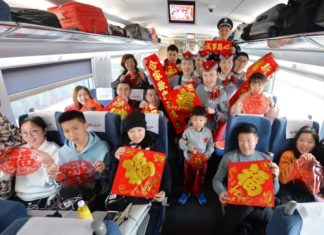 Crews and passengers on G182 high-speed train from Qingdao to Beijing celebrate the Spring Festival on the last day of lunar new year, Feb. 15, 2018. (CFP photo by Wang Haibin)