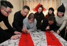 Foreign students learn to write Spring Festival couplets during the Chinese New Year. (Photo from People's Daily Online)