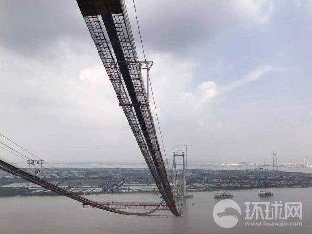Photo shows the Humen Bridge II which is under construction. The Humen Bridge II, which spans 12.89 kilometers, is a world-class suspension bridge built in southern China's Guangdong province. Scheduled to be completed in 2019, it links the western and eastern banks of the Pearl River. (Photo from Huanqiu.com)