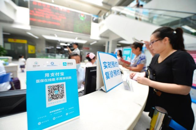 Medical insurance can be settled through mobile payment service in some of Shenzhen's hospitals since May 31th, 2016. Shenzhen is China's first city to launch such pilot program. (Photo by CFP)
