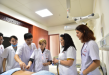 Portuguese trainees learn TCM therapies at the China-Portugal TCM Center at the hospital attached to Jiangxi University of Traditional Chinese Medicine in Nanchang, capital city of east China's Jiangxi province. Opening ceremony of the center was held on May 16, 2017. (Photo from People's Daily Online)