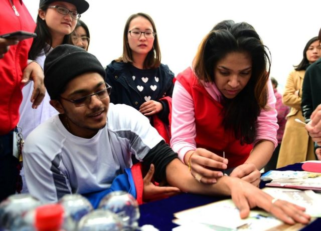 Tashmica Tontpal, an international student from South Africa at Anhui Medical University, learns acupuncture under the guidance of doctor, March 17, 2017. (Photo from People's Daily Online)