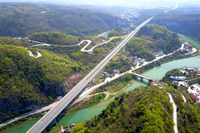 Aerial image of the picturesque scene formed by expressway, provincial road, and village road in Yichang, China's central Hubei province. (Photo: CFP)