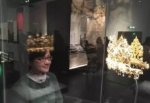 "A female visitor ""tries on"" a gold crown in a virtual mirror. (Photo from the official website of Chengdu Museum)"